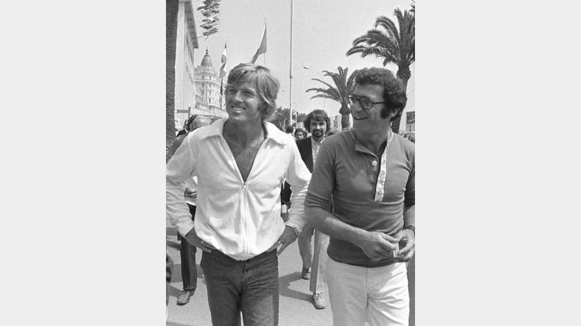 """El actor Robert Redford y el director Sydney Pollack caminan por la Croisette en Cannes, Francia, antes de presentar su película """"Jeremiah Johnson"""" en el Festival de Cine de Cannes.(AP)"""