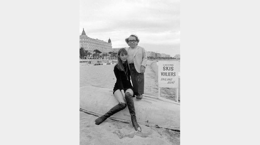 """La actriz y cantante Jane Birkin y el actor Michael Dunn posan en la playa en Cannes, Francia, donde se encontraban para asistir al Festival de Cine de Cannes. Ambos protagonizaban la película francesa de Bob Zaguri """"Trop Petit, Mon Ami"""".(AP)"""