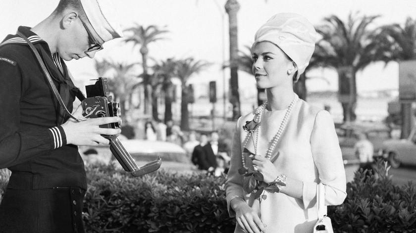 La actriz Natalie Wood posa para un marinero estadounidense no identificado en la Croisette, a su llegada al Festival de Cine de Cannes, en Cannes, Francia.(AP)