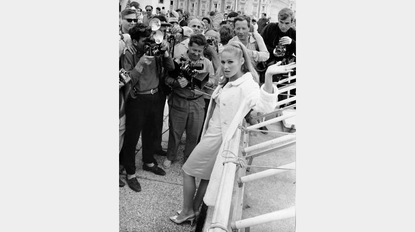 Fotógrafos rodean a la actriz suiza Ursula Andress en el paseo marÁ¡timo de la Croisette, tras su llegada para asistir al Festival de Cine de Cannes, en Cannes, Francia.(AP)