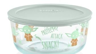 El contenedor de cuatro tazas está hecho de vidrio templado y presenta a Baby Yoda sonriendo y comiendo una rana.