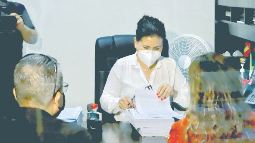 La titular de la Secretaría de Honestidad y Función Pública de Baja California (SHFP), Vicenta Espinoza Martínez, acudió a la fiscalía para presentar las denuncias por fraude.