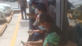 Personas hacen fila en tienda a la espera de vales de cerveza en Navojoa