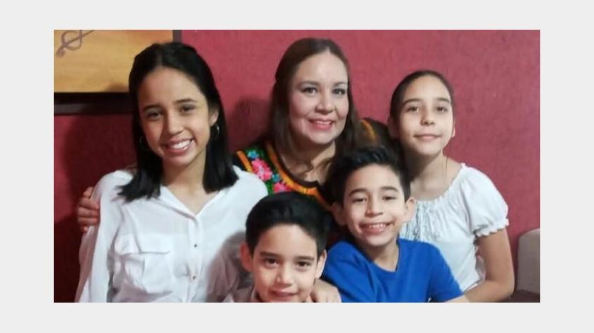 La maestra Jenny Pérez Montes termina su jornada a las 01:00 horas y es la primera que se levanta en su hogar.(Gamaliel Gonz�lez)