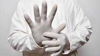 Vestidos de enfermeros del IMSS roban a personas mayores al