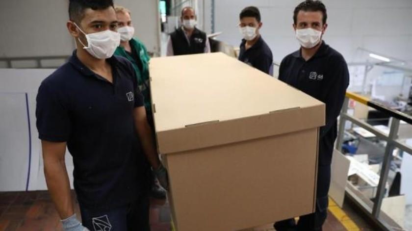 Camas de hospital que se pueden convertir en ataúdes, alternativa en Colombia(EFE)