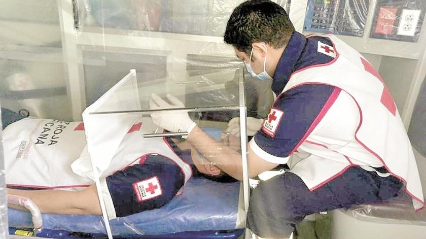 Paramédicos de Cruz Roja muestran el uso de las cajas Covid que realizaron en el ITH.(Redacción)