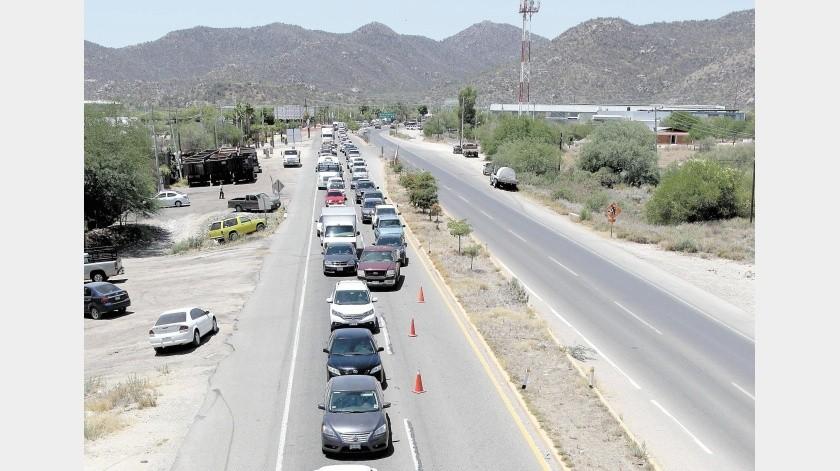Una fila kilométrica de automóviles, que iniciaba en el entronque de la Carretera Internacional, es la que se registró rumbo a San Pedro El Saucito.(Julián Ortega)