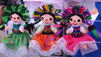 Comunidad Otomí en CDMX intercambia muñecas