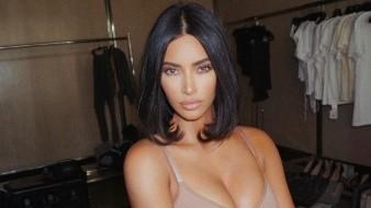 Kim Kardashian West se ha unido a la lucha contra la pandemia de coronavirus al lanzar una serie de cubrebocas para evitar contagios.