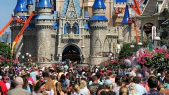 Una multitud frente al Castillo de la Cenicienta en Magic Kingdom, en Walt Disney World, en Lake Buena Vista, Florida.