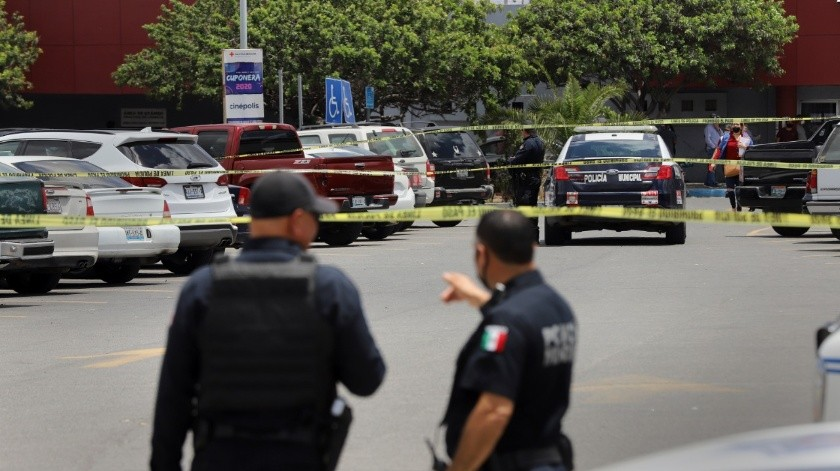 El estacionamiento de las oficinas que continuaron despachando a los ciudadanos estaba aproximadamente a tres cuartas partes de su capacidad.(Sergio Ortiz)