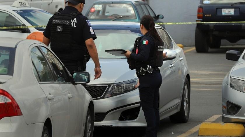 A raíz del homicidio las autoridades fueron permitiendo que poco a poco los otros automovilistas abandonaran las instalaciones.(Sergio Ortiz)
