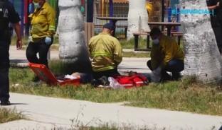 El joven fue atendido en primera instancia por elementos de la policía municipal y el cuerpo de bomberos, quienes intentaron reanimarlo con primeros auxilios, en lo que llegaba la ambulancia de la Cruz Roja al lugar.