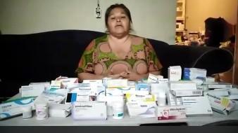 Nora Cázares, líder de los vecinos, es quien se encarga de repartir los medicamentos.