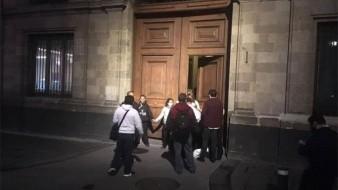 Meseros bloquean accesos a Palacio Nacional, piden apoyos por coronavirus
