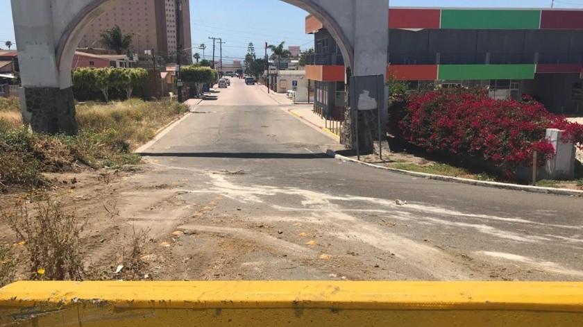 Las autoridades colocaron muros de contención en los ingresos por la escénica.(Carmen Gutiérrez)