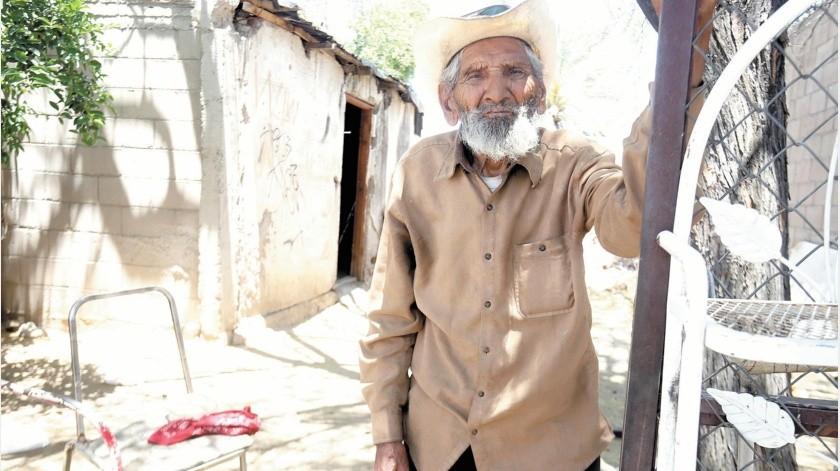 Don Manuel López Loreto necesita ayuda, pues su casa no tiene energía eléctrica ni drenaje, además de que el techo está en malas condiciones.(Teodoro Borbón)