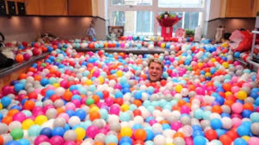 Convierten su casa en una enorme piscina de bolas(Tomada de la red)