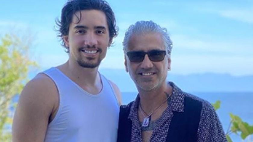 """Alex Fernández estrenó este jueves el video del tema """"El tiempo no perdona"""", dedicado a su padre Alejandro Fernández.(Cortesía)"""