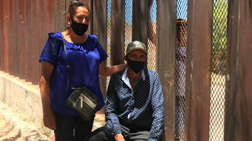 Adelaida y Servando viajaron más de 20 horas desde Zacatecas hasta Nogales para reencontrarse con Rodrigo, quien no puede salir de Estados Unidos.