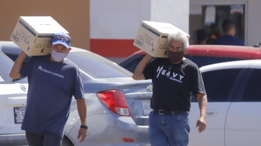 Ciudadanos continúan comprando cerveza, ahora en el super que está ubicado en el bulevar Ignacio Salazar, al Noroeste de Hermosillo(Julián Ortega)