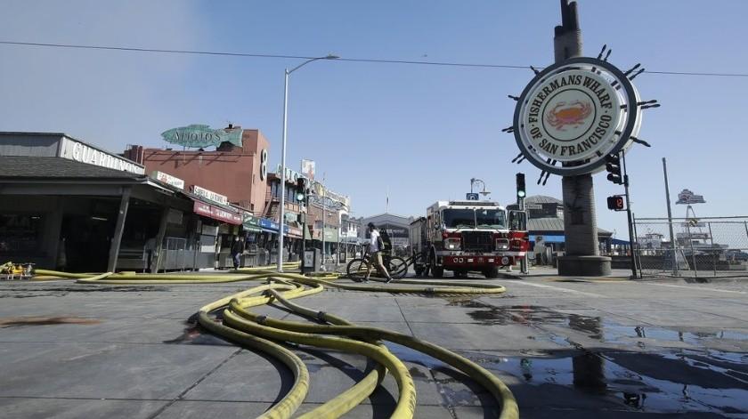 Los socorristas combaten un incendio masivo que estalló en un almacén el sábado 23 de mayo de 2020 en San Francisco.(AP)