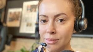 La actrizAlyssa Milano fue duramente criticada por usar un cubrebocas de estambre.
