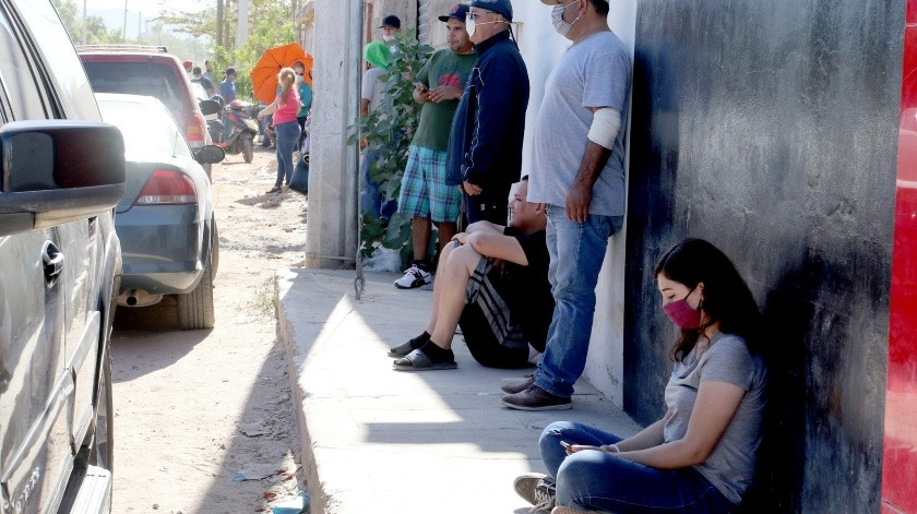 Conforme empezó a salir el Sol los compradores se pegaron a la pared en busca de sombra.(Julián Ortega)