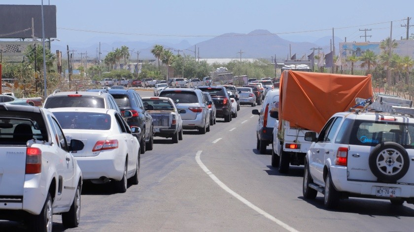 Y si de filas se trata ayer se registró un congestionamiento vial en la Carretera Internacional y entronque con la rúa a San Pedro El Saucito.(Julián Ortega)