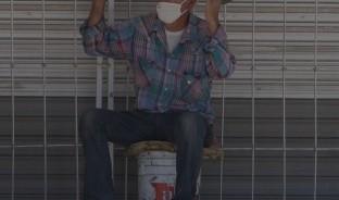 Pese a la amenaza que representa el coronavirus, don Vicente abre su cerrajería todos los días, convencido de que podrá obtener el sustento y el prójimo le da la mano.