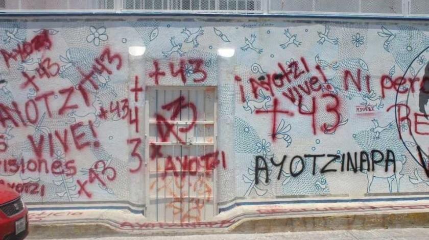 Normalistas de Ayotzinapa vandalizan oficinas de la Secretaría de Educación en Guerrero(Especial)