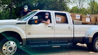 La pareja entregó 110,000 máscaras a hospitales de Texas en áreas rurales antes del fin de semana del Memorial Day.