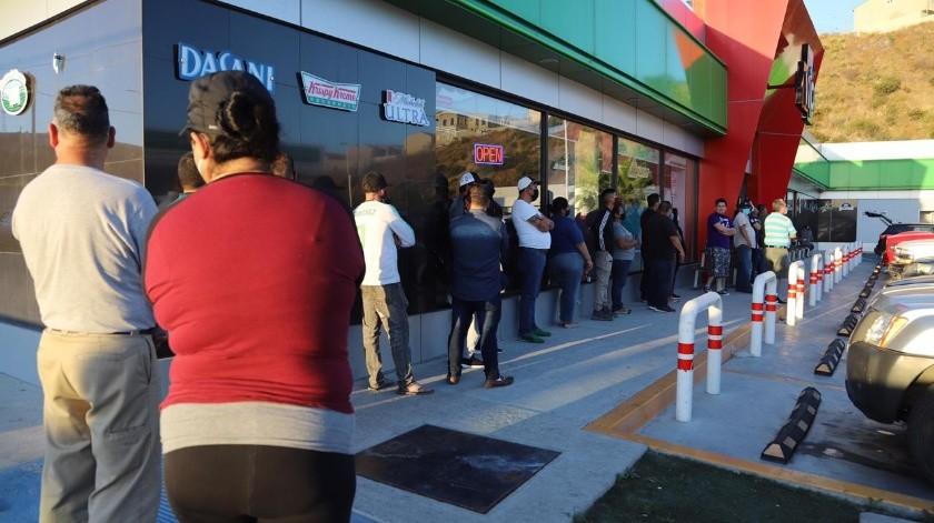 Hacen 'plantón' para comprar cerveza en Tijuana(Sergio Ortiz)