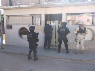 Catean domicilios en Rosarito y arrestan a dos