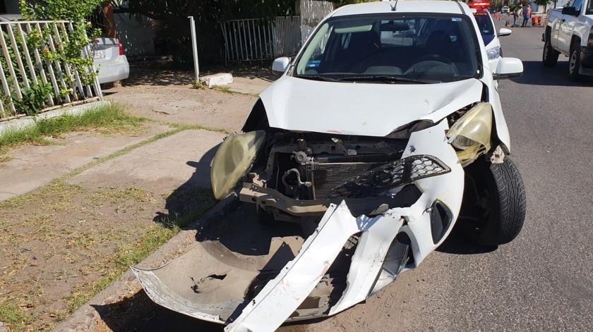 Tanto los pasajeros y el chofer de la unidad del transporte como el conductor del sedán, no presentaron lesiones aparentes.(Julián Ortega)