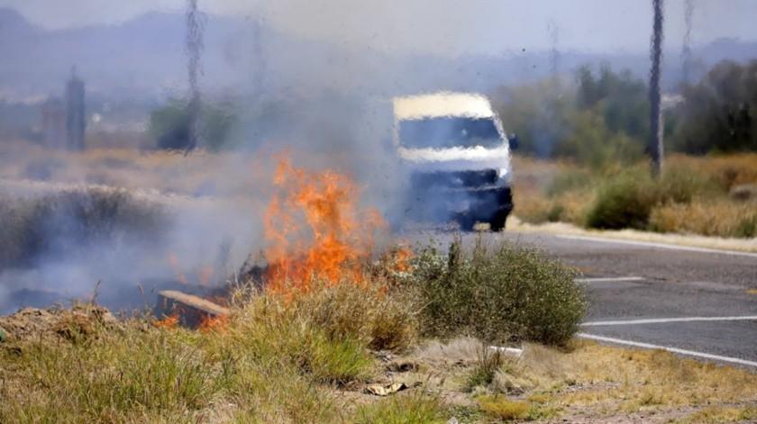 Incendio de llantas basura que no alcanzó a llegar a una recicladora, bomberos combaten incendio en propiedad privada donde ni hay acceso a la prensa.(Julián Ortega)