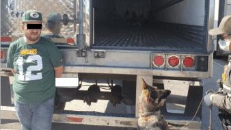 Hallan a 12 migrantes en caja de un tractocamión