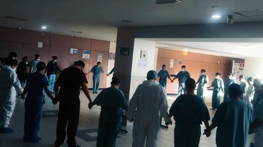 Médicos y enfermeras elevan una oración antes de iniciar su labor diarira.(Cortesía IMSS)