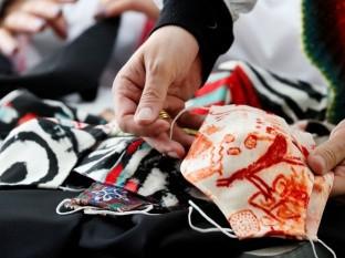 Mascarillas creadas por el diseñador colombiano Diego Guarnizo para su nueva colección de ropa con tela estampada antifluidos en Bogotá.