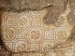 Fragmento del gran mosaico de una villa romana del siglo III d.C, en un excepcional estado de conservación, que ha salido a la luz bajo unos viñedos de Negrar, en la provincia de Verona, Italia.