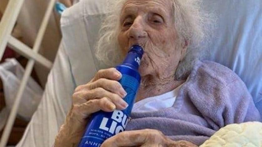 Mujer de 103 años vence al Covid-19 y celebra con una cerveza(Tomada de la red)