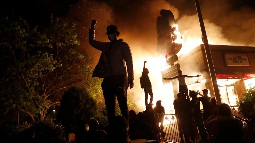 Miles de personas han salido a protestar de forma violenta.(AP)