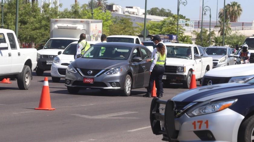 Personal de la Policía instaló ayer en la mañana un filtro por la Rosales, ante el aumento de tráfico.(Teodoro Borbón)