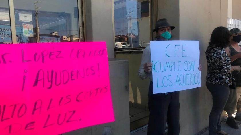 Un grupo de usuarios realizó una manifestación con pancartas en la Comisión Federal de Electricidad (CFE) para exigir que se termine con los cortes de luz que se están realizando en plena contingencia sanitaria.(Manuel Jiménez)
