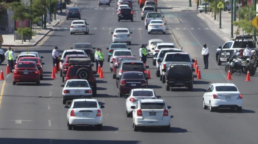 Sobre la Rosales, casi con Oaxaca, policías municipales invitan a automovilistas a quedarse en casa.(Teodoro Borbón)