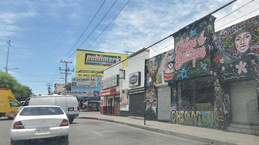 A pesar de que muchos negocios permanecen cerrados en Nogales, hay bastante movimiento en las calles.(Rubén Ruiz)