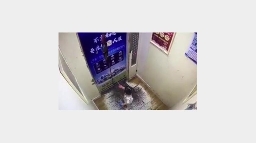 Pequeña de dos años queda enganchada en elevador(Tomada de la red)