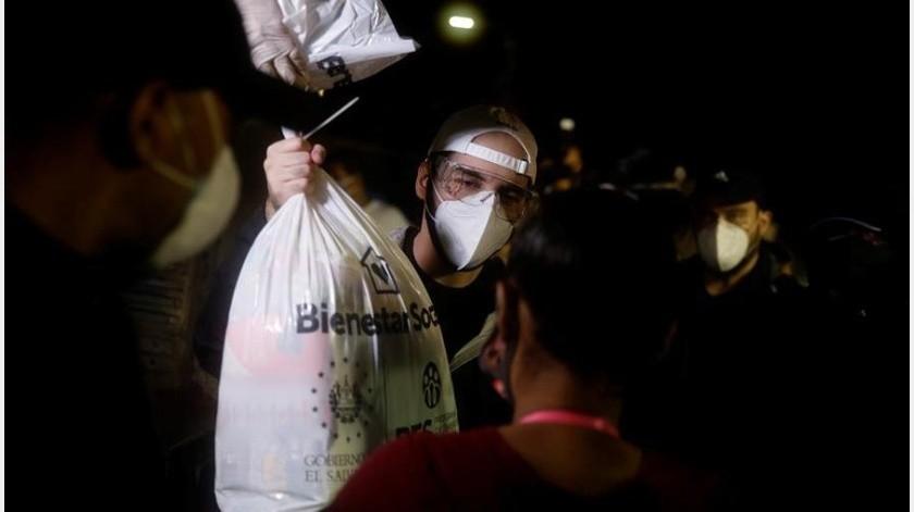 """Bukele reparte alimentos tras paso de """"Amanda"""" por El Salvador(EFE)"""