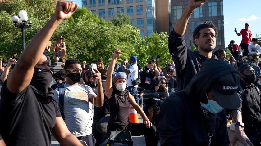 Manifestantes participan en una protesta en el Washington Square Park de Nueva York, el 1 de junio de 2020 contra la brutalidad policial y el racismo.(AP)